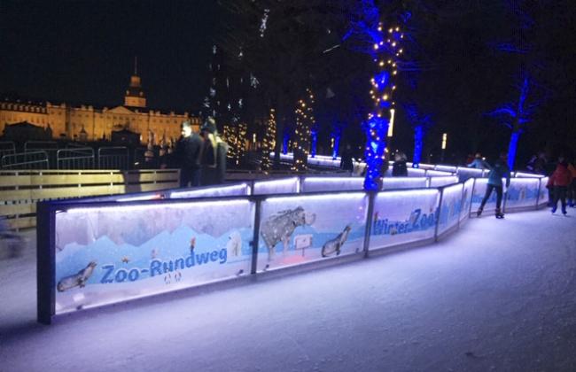 Rundweg mit der beleuchteten Eisbahn